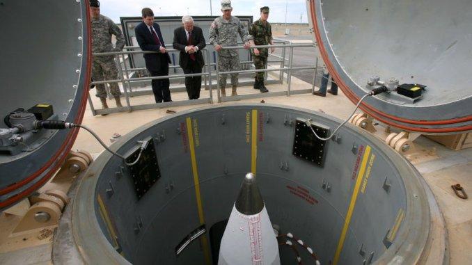 العقيد جورج بوند يُطلع وزير الدفاع الأسبق روبرت غيتس والسيناتور الأسبق لألاسكا مارك بغيش حول قدرات الصواريخ النووية خلال جولة في عام 2009 في منشأة فورت غريلي في ألاسكا الواقعة على بعد 110 ميلاً من الجنوب فيربانكس (AP)