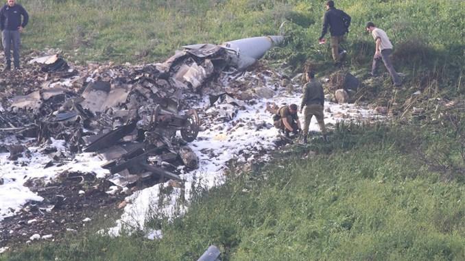"""صورة التقطت في كيبوتز شمال إسرائيل في 10 شباط/فبراير 2018 تُظهر بقايا طائرة أف -16 إسرائيلية تحطمت بعد تعرضها لإطلاق النار من قبل دفاعات جوية سورية خلال هجمات ضد """"أهداف إيرانية"""" في البلد الذي مزقته الحرب (روسيا اليوم)"""