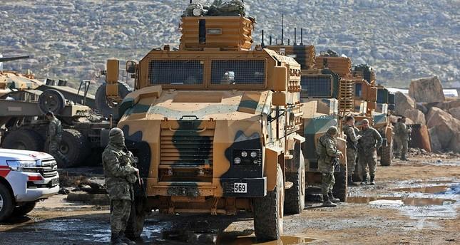 قافلة من القوات التركية شوهدت بالقرب من قرية كفر كرمين، على بعد 35 كيلومتراً غرب حلب، في 30 كانون الثاني/يناير 2018، بعد أن أُرغمت على التراجع في طريقها إلى منطقة العيس، وذلك بسبب الغارات التي شنها النظام الموالي لسوريا في وقت متأخر من الليلة السابقة (AFP)