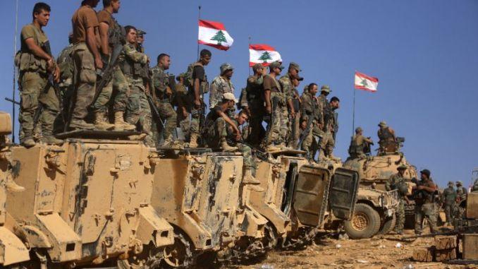 جنود لبنانيون يقفون على عربات مدرعة على تلة استولوا عليها من تنظيم الدولة الإسلامية في جرود رأس بعلبك على الحدود السورية اللبنانية، في 28 آب/أغسطس 2017 (AFP)