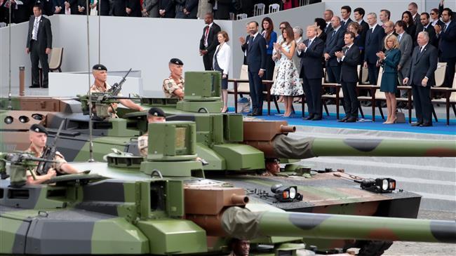 صورة التقطت في 14 تموز/يوليو 2017 تظهر مسؤولين فرنسيين بالإضافة إلى الرئيس الفرنسي ايمانويل ماكرون، ونظيره الأميركي دونالد ترامب، وهم يشاركون في اليوم العسكري في باريس (AFP)