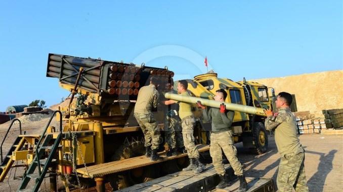 """جنود أتراك يعملون على منظومة صواريخ """"صقاريا"""" محلية الصنع في سوريا تحضيراً لإطلاقها ضمن فعاليات """"غصن الزيتون"""" (وكالة الأناضول)"""