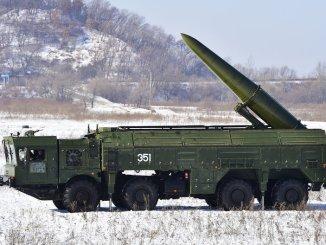 نظام إسكندر الجديد الروسي يمكن أن يكون مسلحاً برؤوس نووية ويمكن أن يطلق إما صواريخ بالستية (كما في الصورة) أو صواريخ كروز (TASS/Getty Images)