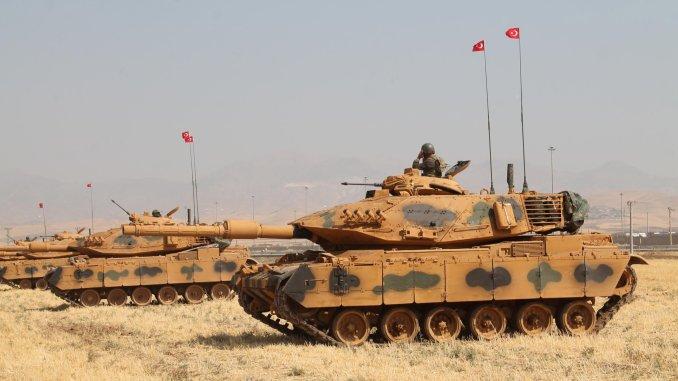 دبابات تركية تشارك في تمارين عسكرية بالقرب من الحدود التركية-العراقية في سيلوبي، تركيا في 18 أيلول/سبتمبر 2017 (رويترز)