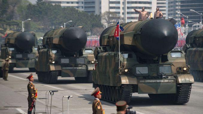 صاروخ مجهول النوع يُعرض خلال عرض عسكري بمناسبة الذكرى الـ105 لميلاد الزعيم الكورى الشمالي الراحل كيم ايل سونج في بيونغ يانغ يوم 15 نيسان/أبريل 2017 (AFP)