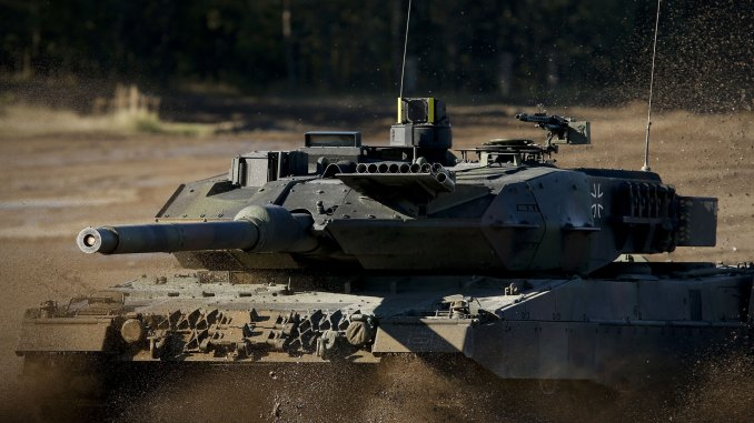 دبابة ليوبارد 2 خلال تدريبات عسكرية (Getty Images)