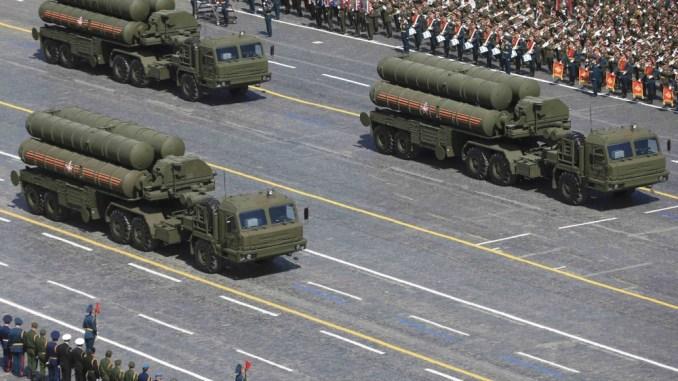 """صواريخ """"أس-400"""" روسية في الساحة الحمراء خلال العرض العسكري ليوم النصر في موسكو في 9 مايو 2017. تحتفل روسيا بالذكرى الـ72 لانتصار الإتحاد السوفيتي على ألمانيا النازية في الحرب العالمية الثانية (رويترز)"""