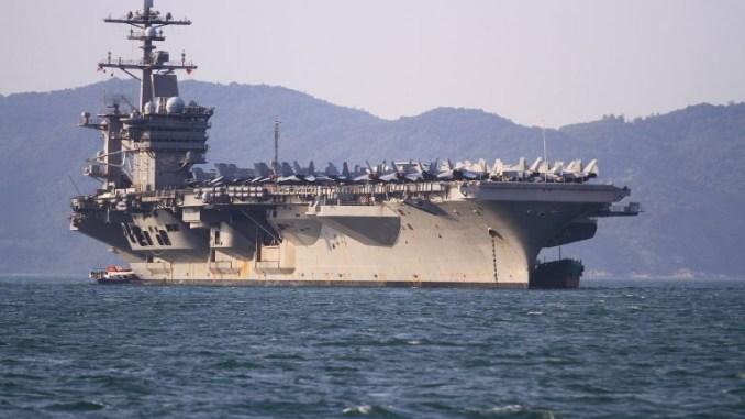 """طائرات حربية بما في ذلك مقاتلات """"أف/أيه-18"""" شوهدت وهي على متن حاملة """"يو أس أس كارل فينسون"""" (CVN-70)، وهي حاملة طائرات من طراز """"نيميتز"""" تابعة للبحرية الأميركية، وهي ترسو قبالة الساحل في دانانج - فيتنام يوم 5 آذار/مارس، عام 2018 (AFP)"""