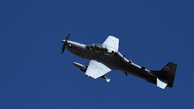 """صورة تم التقاطها في 18 تشرين الأول/أكتوبر 2016، تُظهر طائرة تابعة لسلاح الجو الأفغاني من نوع """"أيه-29 سوبر توكانو"""" وهي تحلّق خلال مهمة لتوجيه ضربة جوية على مشارف مقاطعة لوغار (AFP)"""
