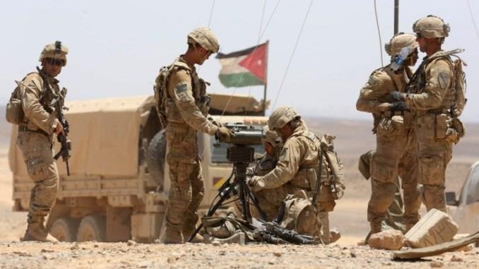 """جنود أميركيون يشاركون في المناورات العسكرية السنوية المعروفة باسم """"Eager Lion"""" بالقرب من معان على بعد حوالي 200 كيلومتر جنوب العاصمة عمان في 17 أيار/مايو 2017 (AFP)"""