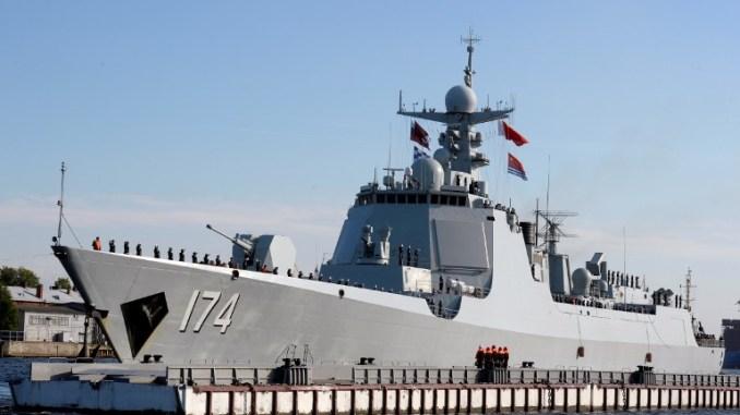 """مدمرة الصواريخ التابعة للبحرية الصينية """"حيفي"""" (Heifi) فئة 052D (Type 052D) تصل إلى إلى سانت بطرسبرغ في 27 تموز/يوليو 2017 للمشاركة في العرض العسكري الروسي (AFP)."""