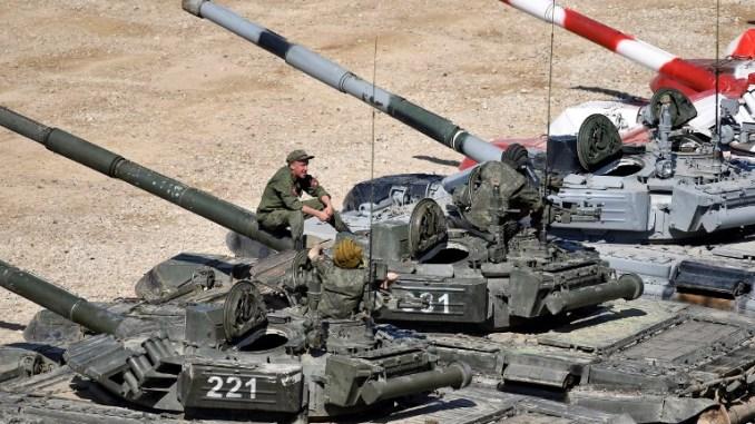 جنود روس على أعلى دبابتهم في متنزه كوبينكا باتريوت خارج موسكو في 15 آب/أغسطس 2017، قبل انطلاق المنتدى العسكري الدولي- 2017 الذي انعقد من 22 إلى 27 آب/أغسطس 2017 (AFP)