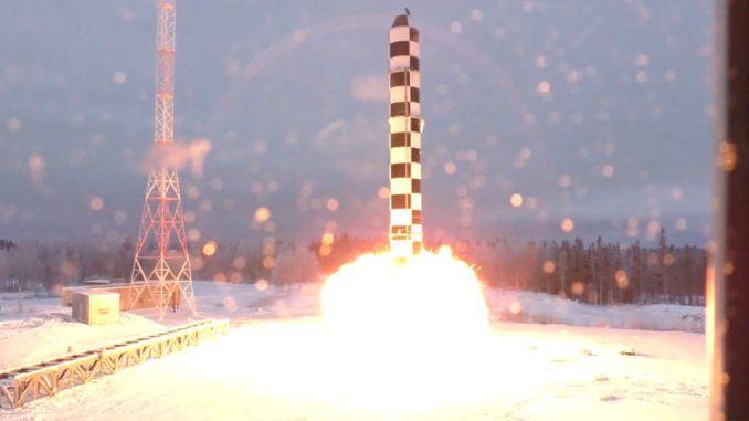 """لقطة من اختبار وزارة الدفاع الروسية لصاروخ """"سارمات"""" البالستي العابر للقارات في 30 آذار/مارس 2018 (وكالة سبوتنيك)"""
