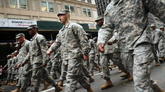 عناصر من الجيش الأميركي في مسيرة في أكبر يوم خلال يوم المحاربين القدامى في مدينة نيويورك في 11 تشرين الثاني/نوفمبر 2015 في مدينة نيويورك، الولايات المتحدة (AFP)