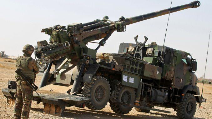 """جندي فرنسي ينشر مدفع """"سيزار"""" عيار 155 ملم (52 كاليبر) في قاعدة القيارة جنوب الموصل في 31 تشرين الأول/أكتوبر 2016، حيث توفر القوات الفرنسية الدعم العسكري للقوات العراقية التي تقاتل لاستعادة مدينة الموصل من أيدي الدولة الإسلامية (AFP)"""