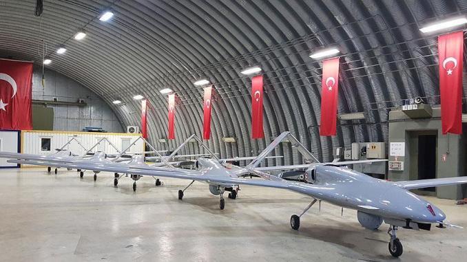 لقطة لطائرات بيرقدار TB2 غير المأهولة التركية في مجمع عسكري تركي. وقد ساهمت هذه الطائرات في مساندة القوات المشاركة بعملية غصن الزيتون، عبر تحليقها 4 آلاف ساعة (وكالة الأناضول)