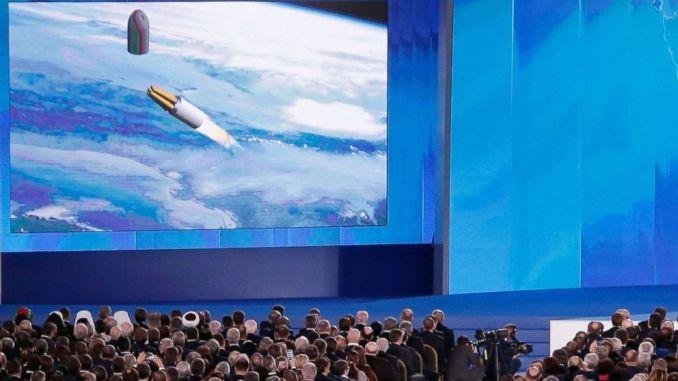"""لقطة من خطاب الرئيس الروسي فلاديمير بوتين أمام الجمعية الفدرالية في مركز معارض مانيج في موسكو يوم 1 آذار/مارس 2018، تُظهر إحدى الأسلحة التي """"لا تُقهر"""" التي تم الكشف عنها (Maxim Shipenkov/EPA via Shutterstoc)"""
