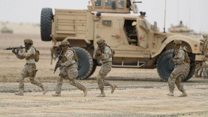 """جنود سعوديون ينفذون المرحلة الثانية من مناورات """"درع الخليج المشترك 1"""" بالمنطقة الشرقية، بمشاركة قوات عسكرية من 24 دولة شملت قوات برية وبحرية وجوية وقوات للدفاع الجوي وقوات خاصه، بالإضافة إلى قوات أمنية وعسكرية سعودية من وزارتي الحرس الوطني والداخلية (وكالة الأنباء السعودية)"""