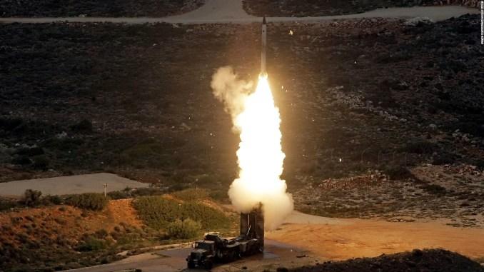 """عملية إطلاق صاروخ مضاد للطائرات من طراز """"أس-300 بي أم يو-1"""" (S-300 PMU-1) خلال مناورات عسكرية للجيش اليوناني بالقرب من خانيا في جزيرة كريت في 13 كانون الأول/ديسمبر 2013 (AFP)"""