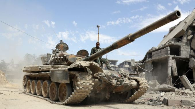 صورة تم التقاطها في 8 نيسان/أبريل 2018 تُظهر جنود من الجيش السوري يتقدمون في منطقة تقع على مشارف دوما الشرقية، حيث يواصلون هجومهم العنيف لاستعادة السيطرة الأخيرة على المعارضة في الغوطة الشرقية (AFP)