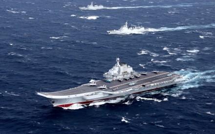 حاملة الطائرات الصينية لياونينغ في بحر الصين الجنوبي