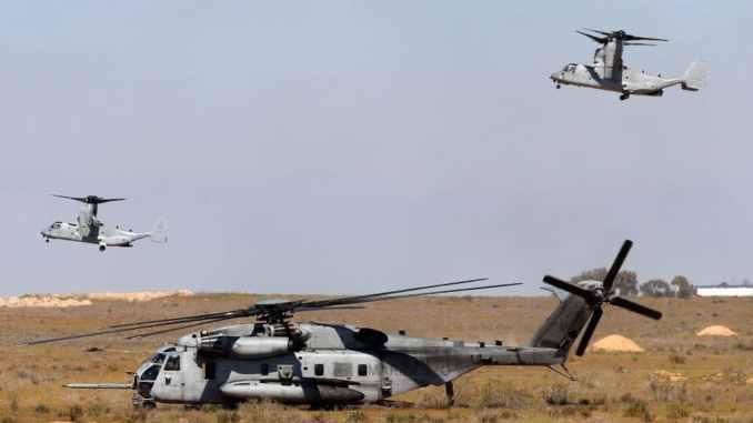 """مروحية """"سي إتش-53 إي سوبر ستاليون"""" (في الوسط) تابعة لسلاح مشاة البحرية الأميركية في مهمة تدريبية في إسرائيل يوم 12 آذار/مارس الماضي (AFP/Getty Images)"""