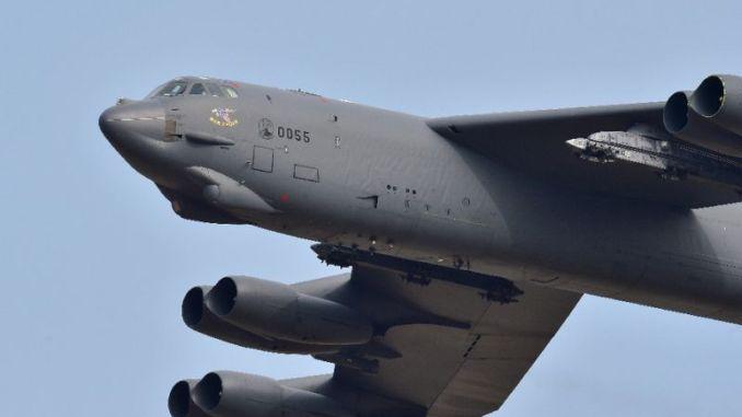 قاذفة أميركية من طراز B-52 Stratofortress تحلّق فوق قاعدة أوسان الجوية في بيونجتايك، جنوب سيول، في 10 كانون الثاني/يناير 2016 (AFP)