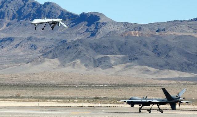"""طائرة """"أم كيو-1 بريداتور"""" غير المأهولة تحلّق فوق نظيرتها من طراز """"أم كيو-9 ريبير"""" خلال مهمة تدريبية في قاعدة كريش الجوية في 17 تشرين الثاني/نوفمبر 2015 في ولاية نيفادا الأميركية (AFP)"""