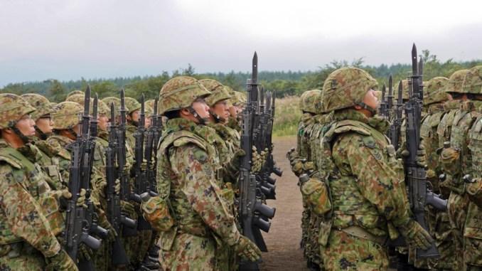 عناصر من القوات المسلحة اليابانية خلال العرض الإفتتاحي لتدريبات في اليابان في 11 أيلول/ سبتمبر 2017