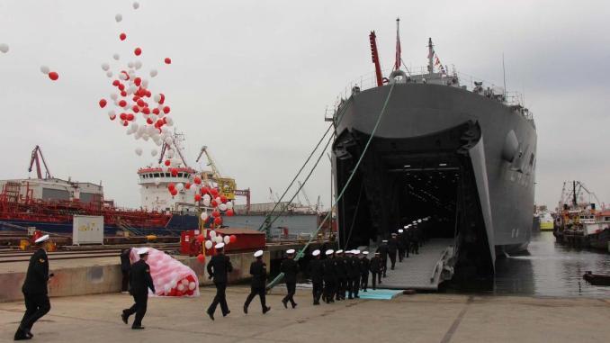 """سفينة الإنزال البرمائية التركية سنجقدار """"TCG Sancaktar"""" أثناء تسليمها للقوات البحرية في 7 نيسان/ أبريل"""