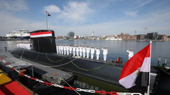 """طاقم من البحرية المصرية يتسلّم غواصة ألمانية في مقر شركة """"تايسن كروب"""" للخدمات البحرية في كيل في 8 آب/أغسطس 2017 (وكالة الأنباء الألمانية)"""