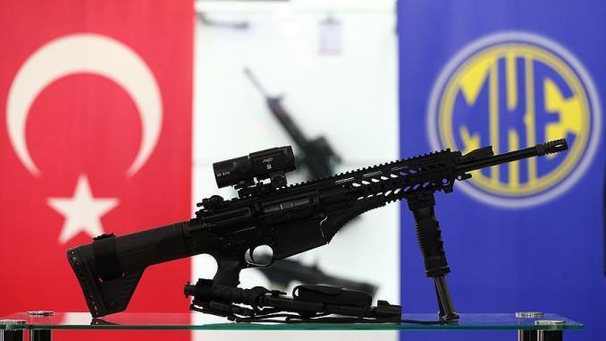 """بندقية المشاة الوطنية التركية """"MPT-76"""". يبلغ وزنها 4.3 كلغم بطول يصل إلى 88 سم، وهي تصيب الهدف على بعد 400 متر بدقة (وكالة الأناضول)"""