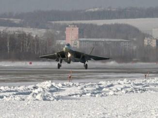 """صورة صادرة عن شركة الطيران الروسية """"سوخوي"""" في 29 كانون الثاني/يناير 2010 تُظهر مقاتلة الجيل الخامس """"سو-57""""، والمعروفة حالياً باسم """"باك-فا""""، وهي تقوم برحلتها الميدانية الأول في كومسومولسك-نا-أموري (AFP)"""