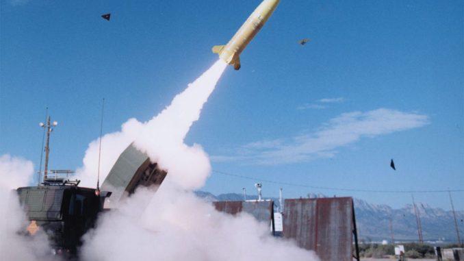 """نظام الصواريخ التكتيكي (ATACMS) التابع للجيش الأميركي. لدى ATACMS رأس حربي من طراز """"هاربون"""" (Harpoon) وزنه 500 رطلاً مخصصاً للتفجير النقطي (شركة لوكهيد مارتن)"""