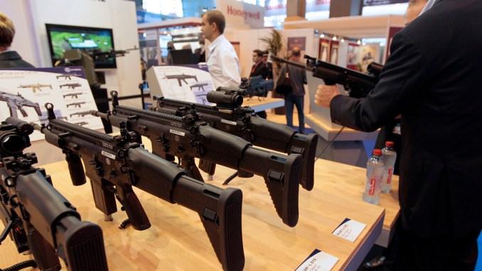 أسلحة على منصة عرض شركة Herstal البلجيكية خلال معرض ميليبول باريس 2011 في 18 كانون الأول/ أكتوبر
