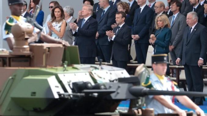 الرئيس الفرنسي إيمانويل ماكرون وزوجته بريجيت ماكرون إلى جانب نظيره الأميركي دونالد ترامب والسيدة الأولى ميلانيا ترامب خلال العرض العسكري السنوي في يوم الباستيل في شارع الشانزليزيه في باريس في 14 تموز/يوليو 2017 (AFP)
