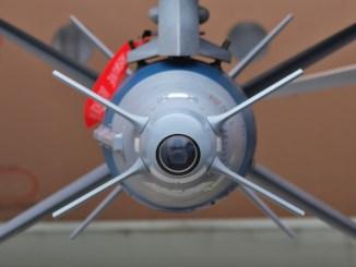 """صورة غير مؤرخة لصاروخ """"سبايس"""" الإسرائيلي مزوّد تحت جناح مقاتلة """"أف-آي16"""" تابعة للقوات الجوية الإسرائيلية (ويكيبيديا)"""