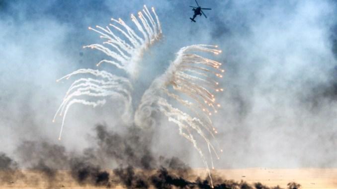 طائرة هليكوبتر عسكرية كويتية تشارك في مناورة عسكرية للذخيرة الحية في منطقة الاديرع العسكرية، على بعد 140 كلم شمال مدينة الكويت، في 17 كانون الثاني/يناير 2017 (AFP)