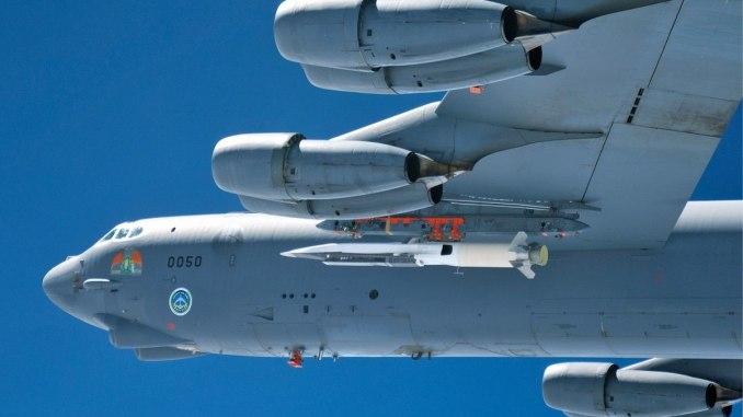 قاذفة بي-52 تابعة لسلاح الجو الأميركي تنطلق من قاعدة إدواردز الجوية بولاية كاليفورنيا، وهي مزوّدة بنظام X-51A Waverider قبل أول اختبار طيران تفاعلي في 26 آذار/مارس الماضي (سلاح الجو الأميركي)