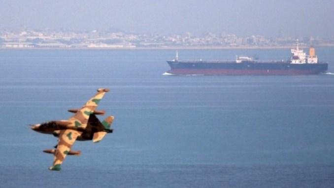 طائرة حربية إيرانية تحلق أثناء مناورات في الخليج (صورة من أرشيف وكالة رويترز)
