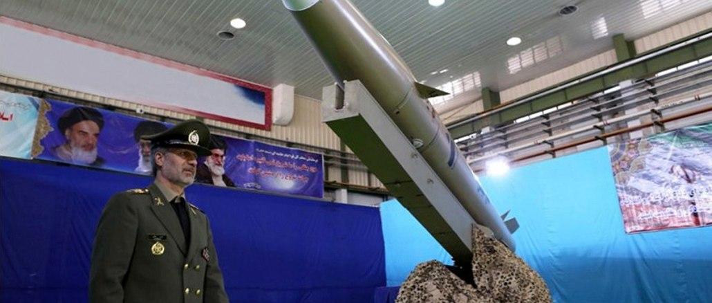 """وزير الدفاع الإيراني العميد أمير حاتمي، يمر أمام الصاروخ البالستي الجديد """"فاتح مبين"""" أو """"برايت كونكويرر"""" ، في 13 آب/أغسطس 2018 (وزارة الدفاع الإيرانية عبر وكالة الأنباء الفرنسية)"""