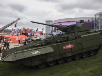 """زوار يمرون أمام دبابة """"أرماتا تي-15"""" خارج موسكو خلال المنتدى العسكري التقني في 21 آب/أغسطس 2018 (AFP)"""