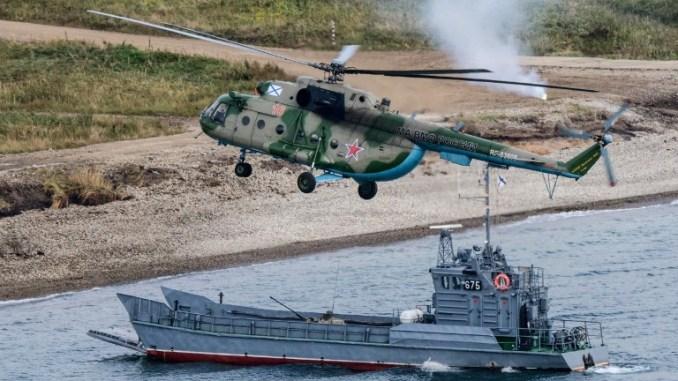 """القوات العسكرية الروسية تؤدي هبوطًا خلال تدريبات """"الشرق-2018"""" العسكرية في ملعب """"كليركا"""" للتدريب على ساحل بحر اليابان، خارج مدينة سلافيانكا، على بعد 100 كيلومتر جنوب فلاديفوستوك، في 15 أيلول/سبتمبر 2018 (AFP)"""