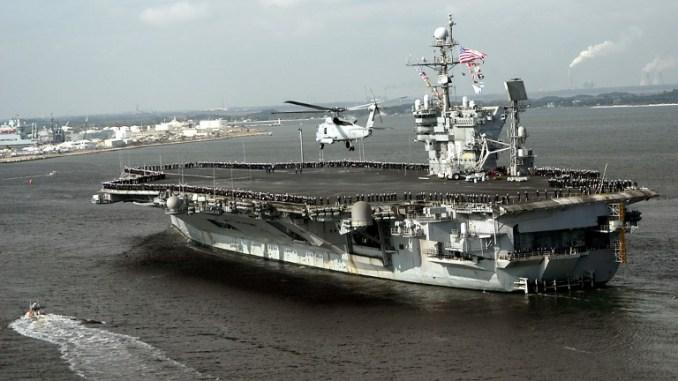 صورة نشرها الأسطول الأميركي في 13 كانون الأول/ديسمبر 2004 تُظهر حاملة الطائرات التي تعمل بالطاقة التقليدية USS John F. Kennedy CV 67 أثناء عودتها إلى ميناء مايبورت بولاية فلوريدا بعد رحلة بحرية ناجحة إلى الخليج العربي (AFP)