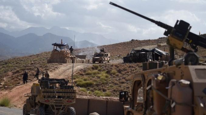 صورة تم التقاطها في 7 تموز/يوليو 2018 تُظهر قوات من الجيش الأمريكي التابع لحلف الناتو والكوماندوس الأفغانية في نقطة تفتيش خلال دورية ضد مقاتلي تنظيم الدولة الإسلامية في منطقة داه بالا في مقاطعة نانغارهار الشرقية (AFP)