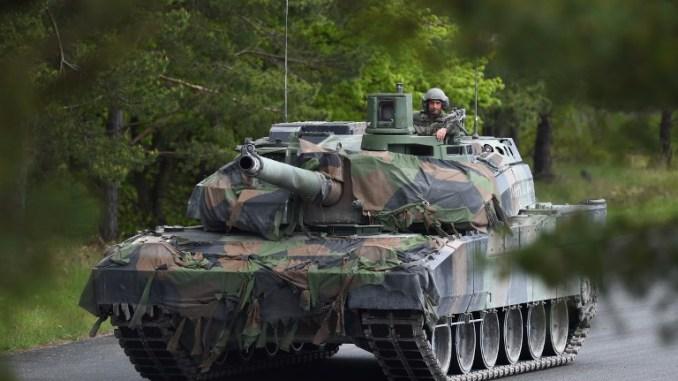 """جندي فرنسي يقود دبابة """"لوكلير"""" بعد التمارين الحية الصديقة بين دول عدّة ضمن فعاليات """"أوروبا القوية – تحدّي الدبابات 2017"""" في موقع التمارين في غرافينووهر، بالقرب من إشنباخ، جنوب ألمانيا، في 12 أيار/مايو 2017 (AFP)"""
