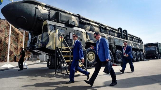 """محللون عسكريون يمرّون أمام صاروخ بالستي عابر للقارات (ICBM) طراز """"توبول"""" في ميدان العرض في متنزه كوبينكا باتريوت خارج موسكو في 22 آب/أغسطس 2017 خلال اليوم الأول للمنتدى العسكري العسكري الدولي -2017 (AFP)"""
