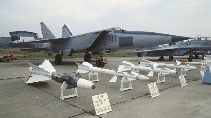 """لقطة لمجموعة صواريخ جو-جو روسية خلال إحدى المعارض العسكرية. يبلغ مدى الصاروخ الجديد """"40N6"""" إلى 400 كم ويمكنه تدمير الأهداف التي تفوق سرعتها سرعة الصوت (وكالة سبوتنيك)"""