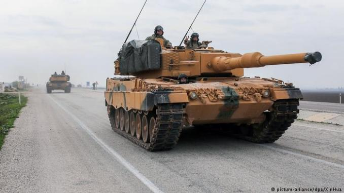 جنود أتراك في دبابة ليوبارد الألمانية