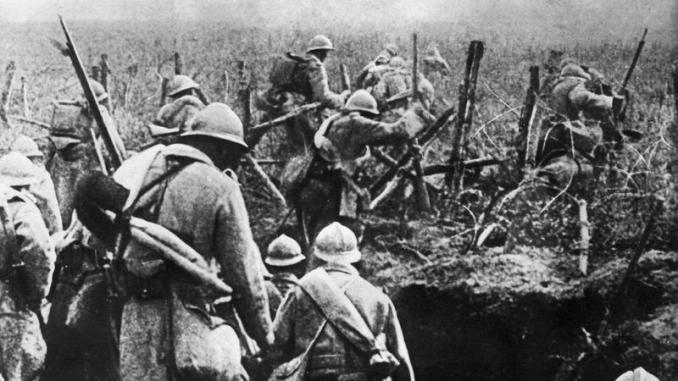 صورة التُقطت في عام 1916 تُظهر الجنود الفرنسيون في هجوم من خندقهم خلال معركة فردان، شرق فرنسا، خلال الحرب العالمية الأولى (AFP)